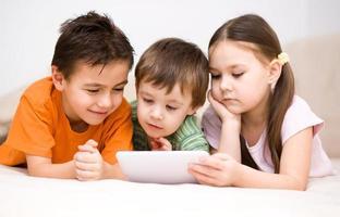 crianças usando computador tablet foto