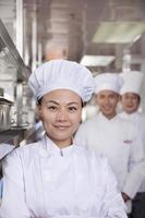 retrato de um chef em uma cozinha industrial foto