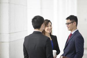 colegas de negócios asiáticos falando foto