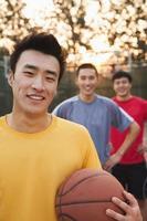amigos na quadra de basquete, retrato foto
