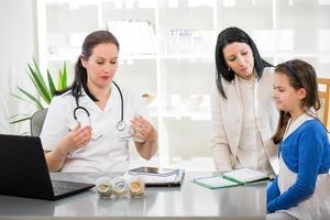 jovem mulher e sua filha nos médicos homeopatas. foto