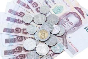 moeda e dinheiro tailandês isolar o fundo foto