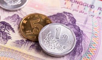 notas e moedas de yuan chinês foto