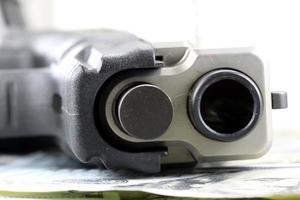 conceito de segurança financeira de armas e dinheiro foto