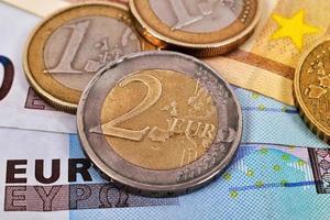 notas e moedas de euro foto