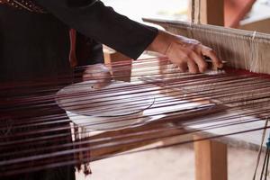 processo de tecelagem de seda tailandesa foto