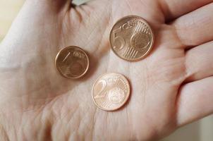 moedas de euro cooper na mão foto
