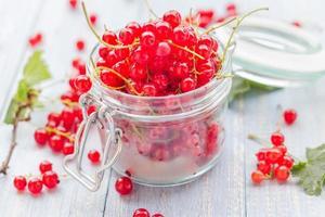 produtos de preparação processados frascos de frutas frescas no verão colorido foto