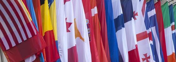 bandeiras internacionais ao vento foto