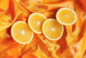 laranja em fundo de seda. foto