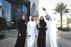 líder de negócios árabe apontando pelo dedo indicador