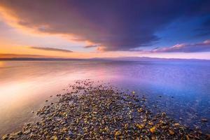 nascer do sol em uma foz do rio na ilha de lesbos foto