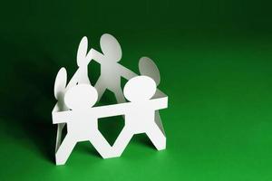 bonecos de papel de mãos dadas foto