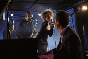 músicos de jazz no clube foto