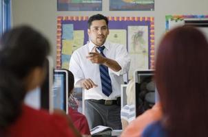 professor com alunos na aula de informática foto