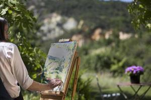 mulher pintando um cavalete foto