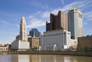 Colombo, Ohio Skyline e Rio Scioto durante o dia. foto