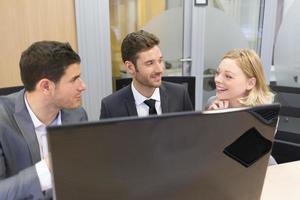 grupo de empresários em uma reunião, trabalhando no computador foto