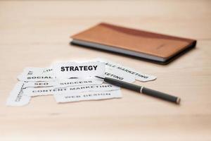 foco do rasgo do papel de estratégia foto