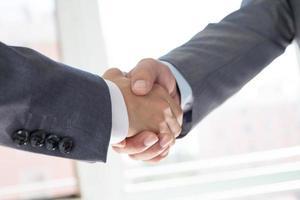 handshaking de pessoas de negócios foto
