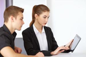 empresários olhando para tablet pc foto