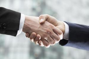close-up de dois empresários, apertando as mãos foto