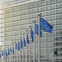 bandeiras da união europeia em frente ao berlaymont foto