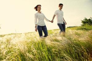 casal feliz ao ar livre, verão foto