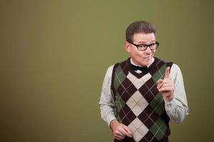 nerd aponta o dedo indicador foto