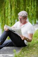 homem com jornal foto