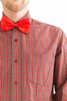jovem com gravata borboleta vermelha foto
