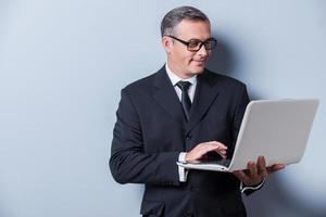 empresário com laptop. foto