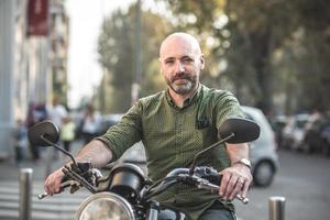 motociclista bonito homem de meia idade foto