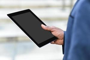 homem de negócios, segurando um tablet digital foto