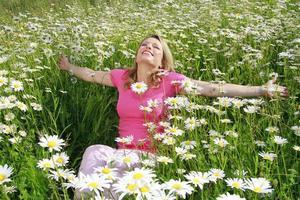mulher feliz no campo de flores ao ar livre foto