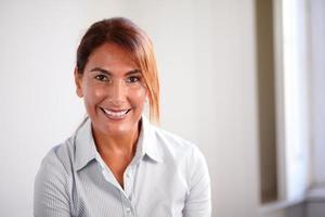 mulher de negócios sênior, sorrindo para você foto