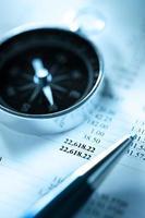orçamento, bússola e caneta