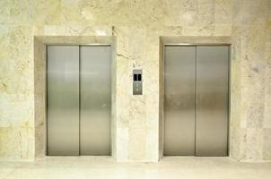vista do corredor de um moderno elevador fechado foto