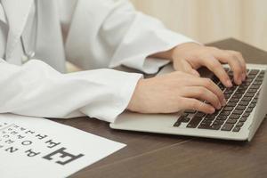 médico e tecnologia moderna foto