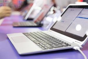 laptop moderno na exposição de tecnologia foto