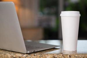 lap top e xícara de café foto