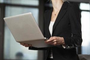 mulher de negócios com laptop