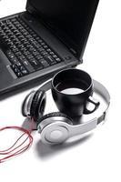 fones de ouvido de computador branco na mesa foto