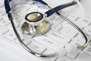 estetoscópio e teclado branco foto