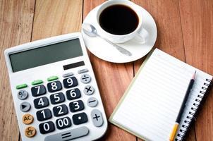 calculadora e caderno vazio foto