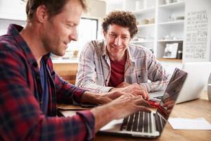 parceiros de pequenas empresas usando computadores em casa foto