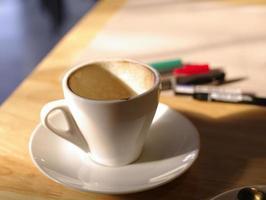 xícara de café vazia com fundo de trabalho foto