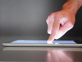 tablet digital de toque de mão masculino