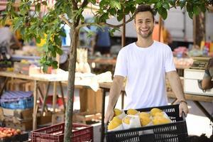 pequeno empresário que vende frutas e legumes orgânicos. foto