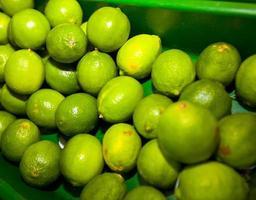 close-up de limões verdes em exposição na mercearia foto